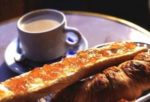 café au lait, croissant et tartine de pain avec confiture