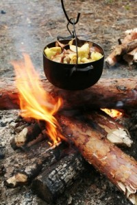 feu de camp avec marmite par dessus