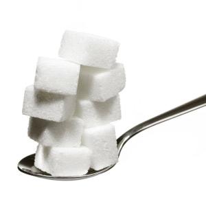 cuillère portant 8 morceaux de sucre